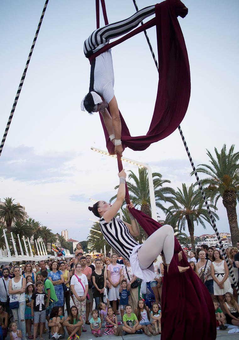 Split, 18.07.2014 -Clanovi udruge Hram zabavljaju turiste i gradjane izvodjeci svoje akrobacije