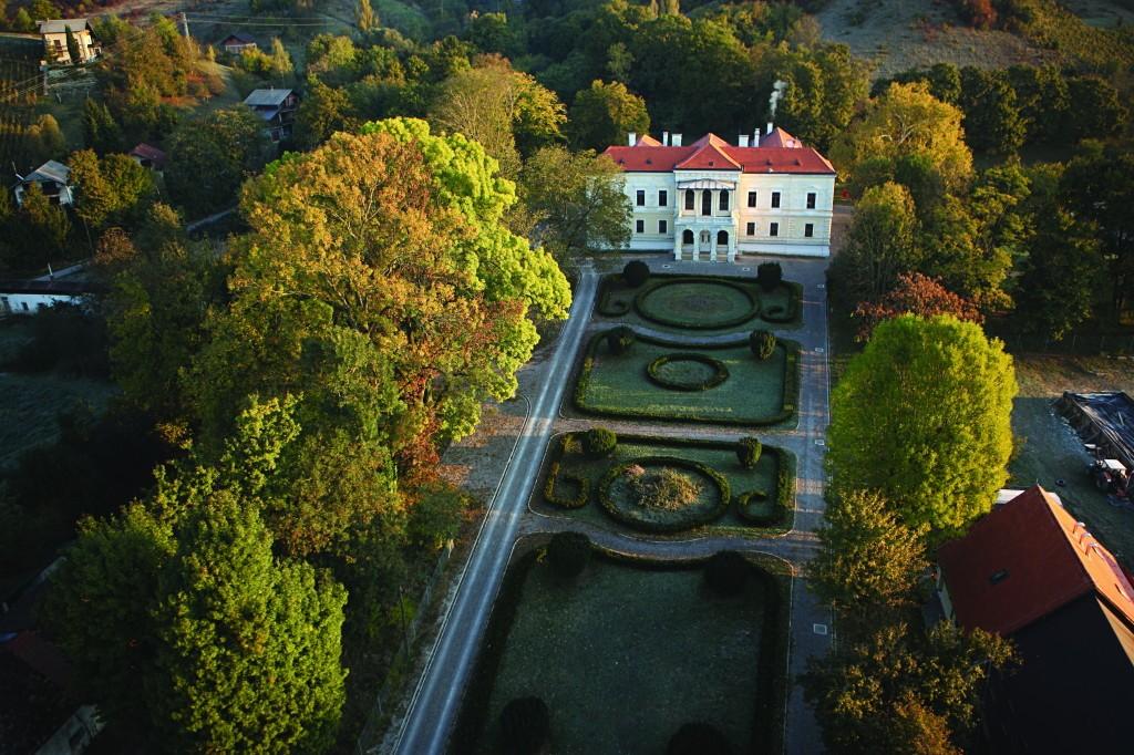 Dvorac-Laduc-s-uredjenim-francuskim-vrtom-1024x682