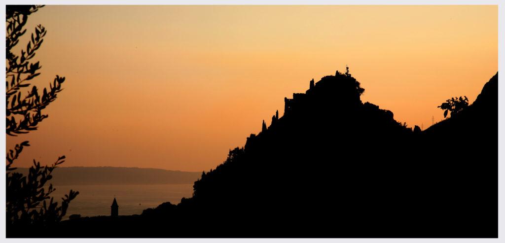 Ova slika ima prazan alt atribut ; naziv datoteke je Zalazak-sunca-Klis-Foto-M.Bojić-kopija-1024x493.jpg